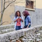 szczęśliwe młode dziewczyny fotografowanie się poprzez cellphon — Zdjęcie stockowe