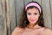 Aantrekkelijke gemengde vrouw met roze haren sjaal — Stockfoto