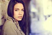Young woman with green eyes in urban background — Stock Photo