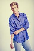 Knappe blonde man dragen shirt — Stockfoto