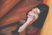 Sexy jonge vrouw in lingerie poseren in de buurt van muur — Stockfoto
