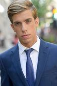 都市の背景に魅力的な若いビジネスマン — ストック写真