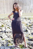 フォレスト内の長いドレスを着ている女性 — ストック写真