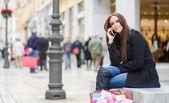 Mooie jonge vrouw in stedelijke achtergrond praten over telefoon — Stockfoto