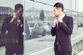 事務所建物の近くの若いビジネスマン — ストック写真