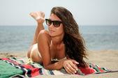Frau mit schönen körper an einem tropischen strand — Stockfoto