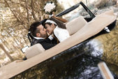Just married couple in an old car — Stockfoto