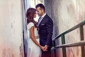 Pareja recién casado en fondo urbano — Foto de Stock