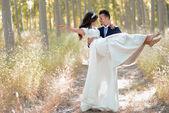 Pareja recién casado en fondo de álamo — Foto de Stock