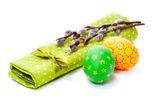 Kukum izole beyaz zemin üzerine yeşil peçete üzerinde iki boyalı paskalya yumurta. — Stok fotoğraf