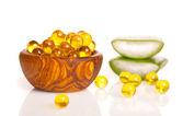 Omega aceite de hígado de bacalao, cápsulas de gel en el recipiente de madera. aislados o — Foto de Stock