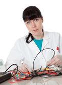 Engenheiro de computação de apoio feminino - mulher reparo de defeito — Foto Stock