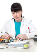 ženské podpory počítačové engineer - to žena oprava defektu — Stock fotografie