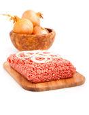 在白色的背景被隔绝的碎的肉 — 图库照片
