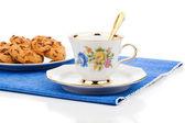 шоколад чип печенье и чашка чая на белом фоне — Стоковое фото