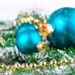 röd jul boll med tall gren och snö, isolerad på vit — Stockfoto #31701537