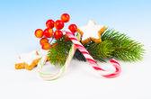 şekerler, sahte kar zemin ile noel dekorasyon — Stok fotoğraf