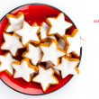 Christmas cinnamon star cookies on red plate — Foto Stock