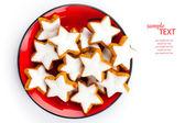 Natal biscoitos de canela estrela na placa vermelha — Fotografia Stock