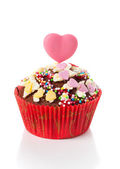 Cupcake with heart candy on top, isolated on white — Zdjęcie stockowe