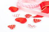 Kleine Herzen, Polka Dots auf weißem Hintergrund. — Stockfoto