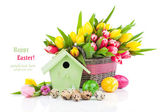 Ostereier mit Tulpen Blumen und Vogelhäuschen auf einem weißen Zwillingsvulkane — Stockfoto