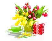 Tulips flowers with cup tea, on a white background. breakfast fo — Stok fotoğraf