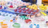 Hromadu mnoha různých pilulek — Stock fotografie