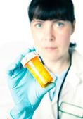 医生或药剂师拿着一瓶药 — 图库照片