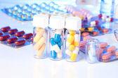 Bunte medizinische kapseln in der flasche auf weißem hintergrund. — Stockfoto