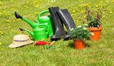 ガーデニング ツールや庭の草の上の麦わら帽子 — ストック写真