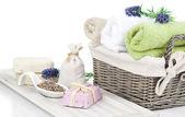 Articoli da toeletta per il relax - asciugamani, sapone, isolato su bianco backgr — Foto Stock