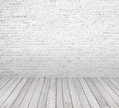 Quarto interior com parede de tijolo branco e piso de madeira — Foto Stock