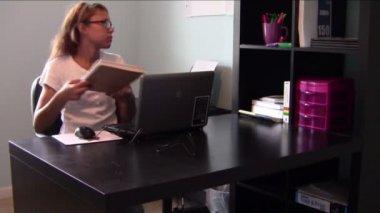 Homeschool-student — Stockvideo