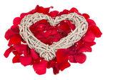 Serce na różowe koralik. na białym tle — Zdjęcie stockowe