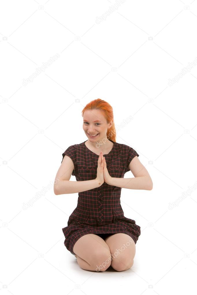 рыжая женщина на коленях