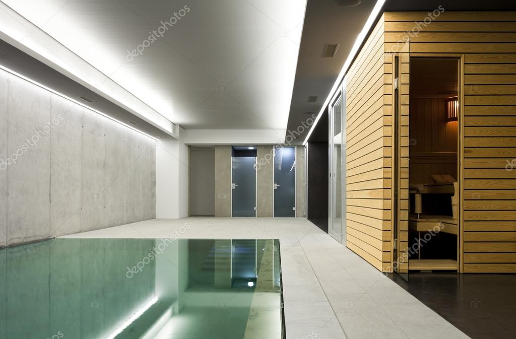 Modernes haus mit schwimmbad innen stockfoto zveiger for Casas con piscina interior fotos