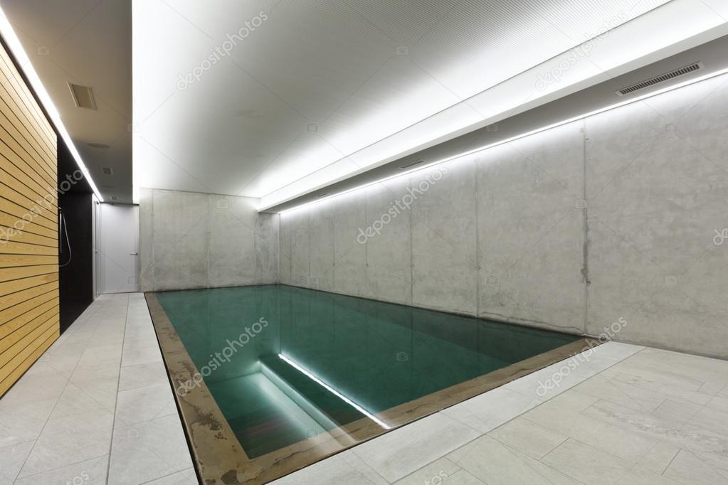 Casa moderna com piscina interior fotografias de stock for Piscina interior casa