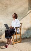 Rapaz trabalhando no laptop — Foto Stock
