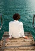 Rapaz olhando um lago — Foto Stock