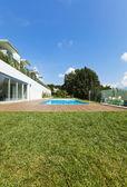 Jardim com piscina — Fotografia Stock