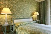Iç lüks daire, konforlu yatak odası, masa lambası — Stok fotoğraf