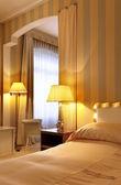 Appartement de luxe intérieur, chambre à coucher confortable — Photo