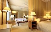 Apartament wnętrze, komfortowe sypialni widok na pokój dzienny — Zdjęcie stockowe