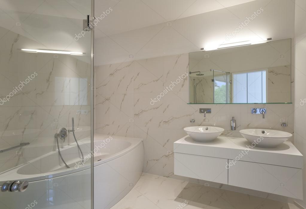 Begli interni di una casa moderna bagno foto stock for Foto di interni case moderne