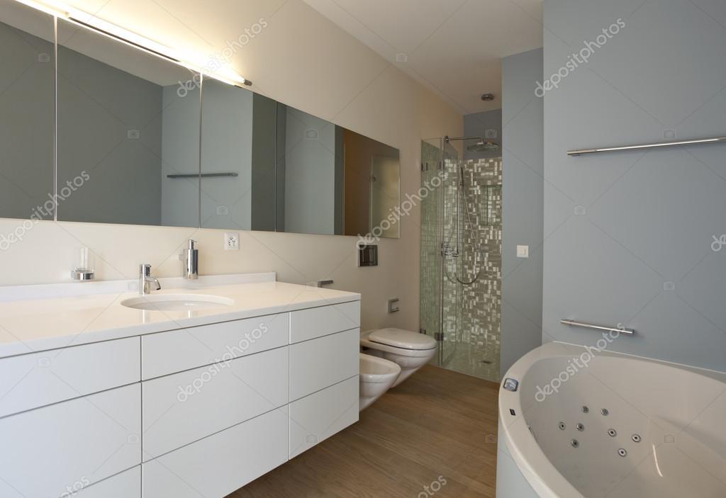 Bel intérieur dune maison moderne, salle de bains — Photographie ...