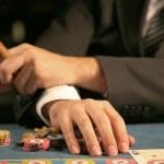 man zit in casino — Stockfoto