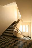 Merdiven küpeşte ile — Stok fotoğraf