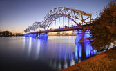 Bro över floden på kvällen — Stockfoto