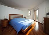 Bedroom with windows — 图库照片